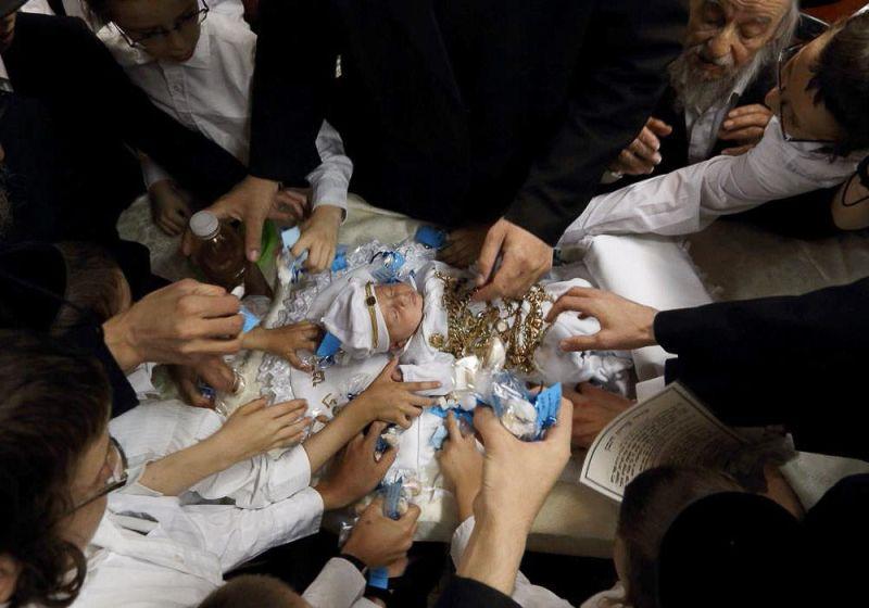 Традиционный выкуп первенца, когда ребенка обкладывают серебряными монетами (мальчик, родившийся у матери-еврейки первым, должен быть выкуплен отцом ребенка у коэна через 30 дней после рождения в память о казни египетской, когда бог умертвил всех младенцев страны фараона.