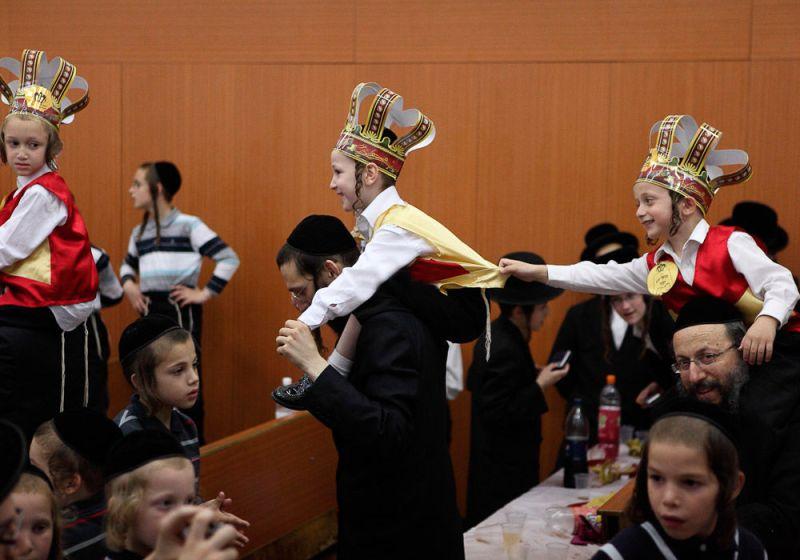 Дети празднуют Шавуот — день дарования Торы.