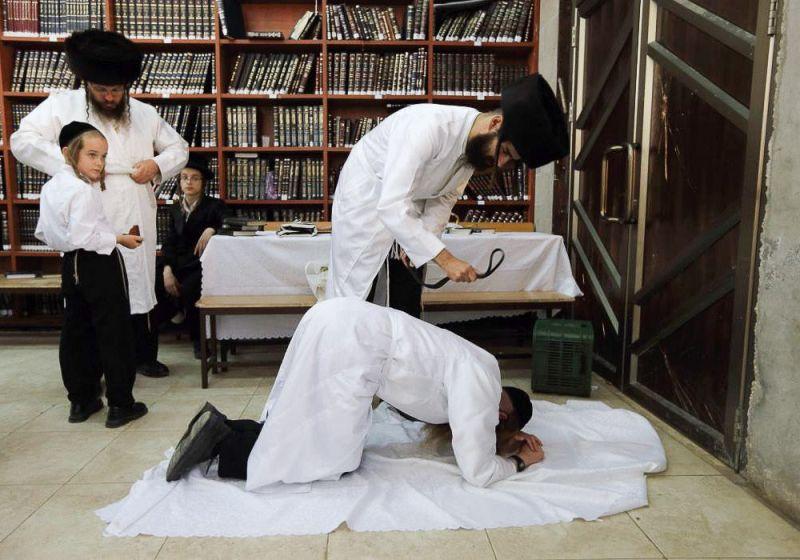 Ритуал бичеванием кожаным ремешком перед Йом-Кипуром (Судным днем). Это символическое наказание за грехи прошедшего года