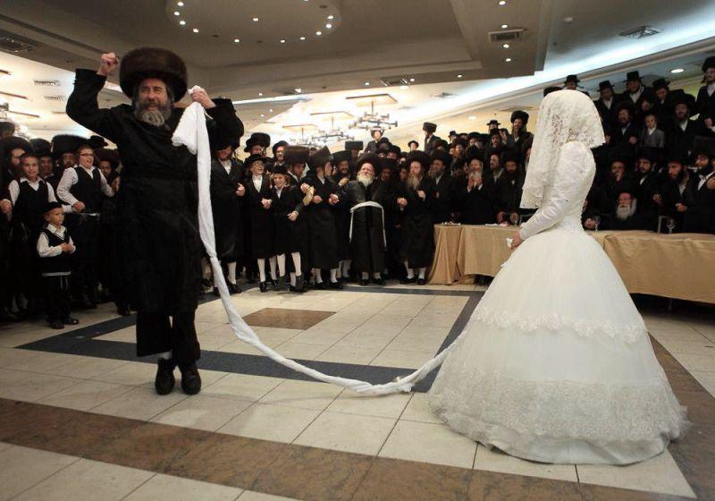 Раввин исполняет мицва-танц на свадьбе.