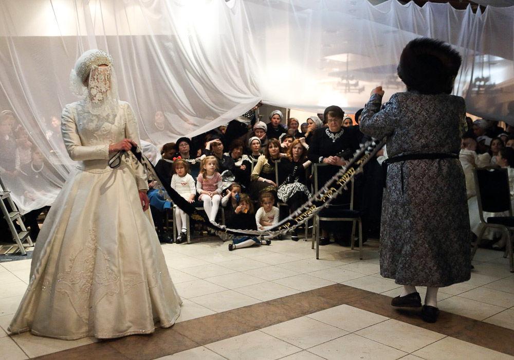 Мицва-танц — свадебный танец, в котором участвует раввин и родственники-мужчины невесты. Каждый держится за конец веревки так, чтобы не тронуть невесту (это запрещено Торой).