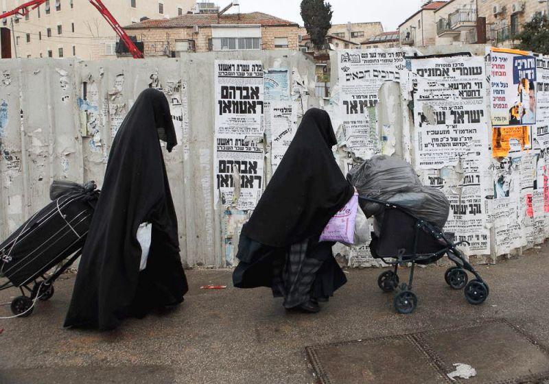 Ортодоксальным иудейкам предписано передвигаться по улице в одежде, которая закрывает все части их тела.