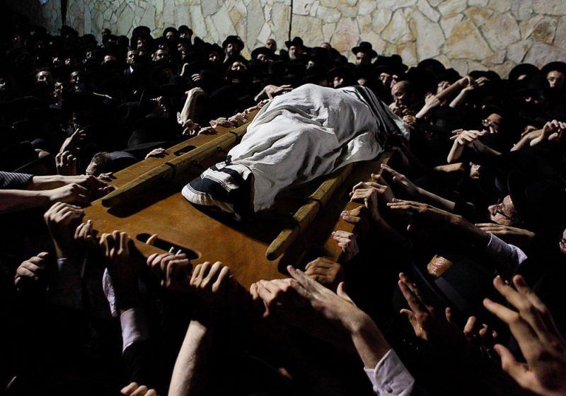 Похороны известного раввина в религиозном квартале Мэа-Шеарим в Иерусалиме.
